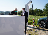Minister President Kretschmann (l.) and Thomas Speidel in conversation at the ChargeBox (Photo: Staatsministerium Baden-Württemberg)